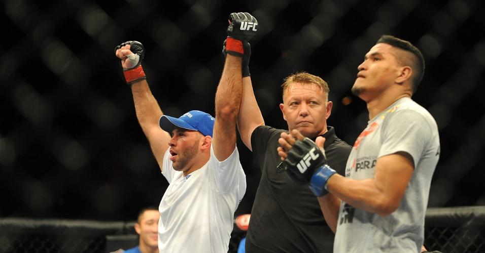05.jul.2014 - Kenny Robertson é declarado vencedor na luta contra o brasileiro Ildemar Marajó, no UFC 175