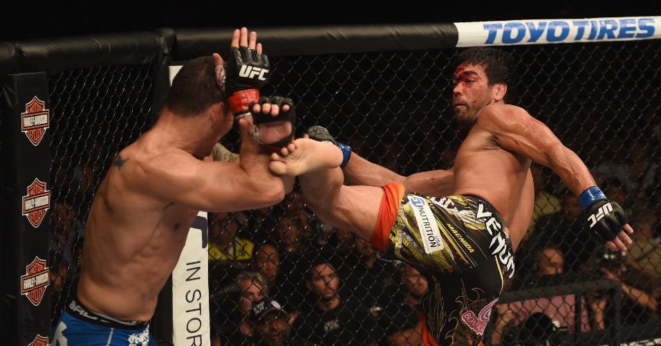 05.jul.2014 - Lyoto Machida tenta encaixar chute em Chris Weidman, que venceu a luta por decisão unânime e manteve o cinturão do peso médio do UFC