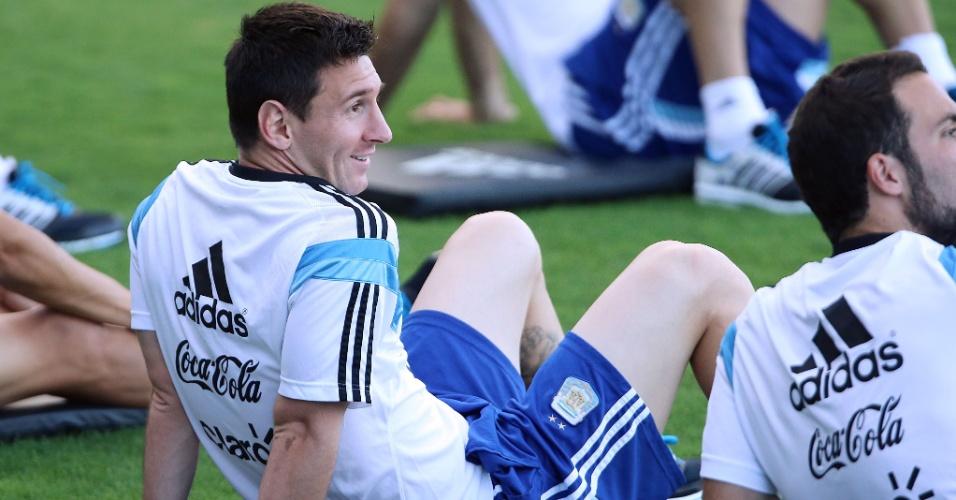06.jul.2014 - Messi relaxa durante treinamento da Argentina na Cidade do Galo, um dia depois de vencer a Bélgica e garantir vaga na semifinal da Copa