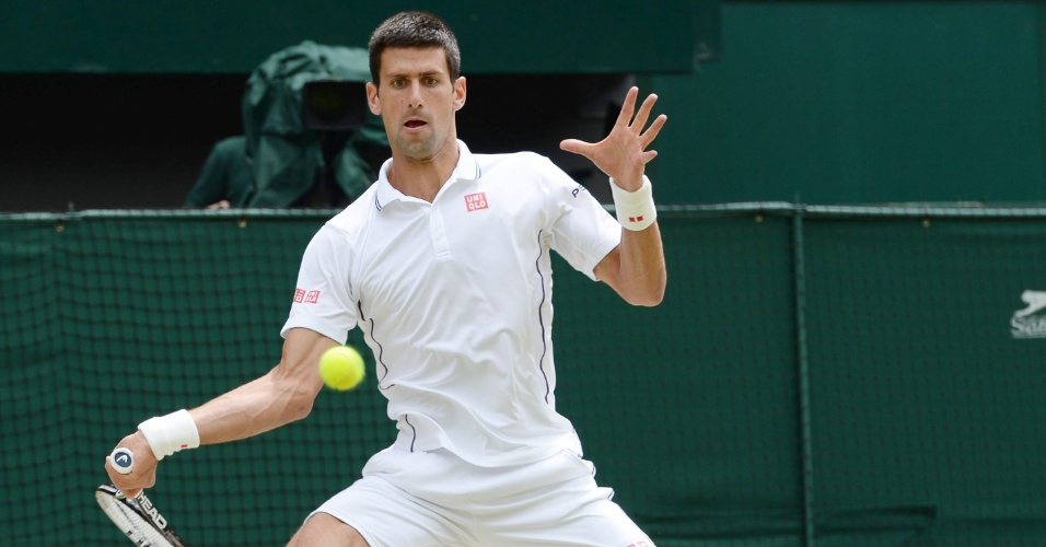 Novak Djokovic acerta batida de direita durante a final contra Federer em Wimbledon