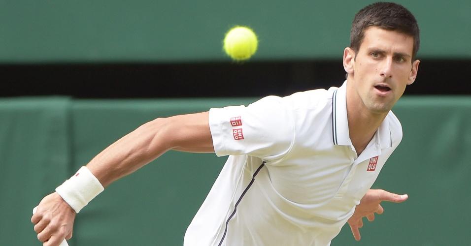 Novak Djokovic observa bola durante a final contra Rpger Federer em Wimbledon