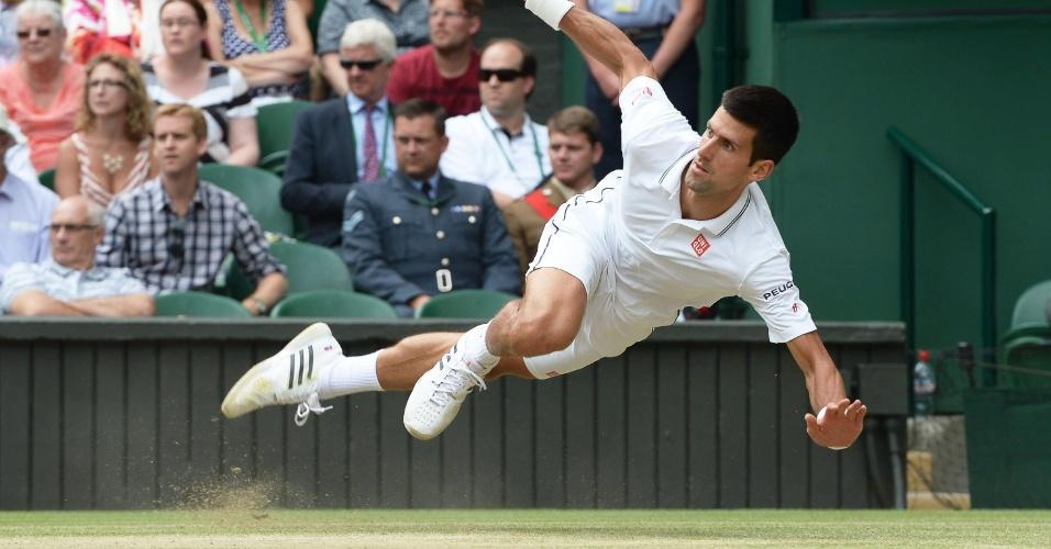 Novak Djokovic tentou arrancada, mas escorregou na grama durante final de Wimbledon