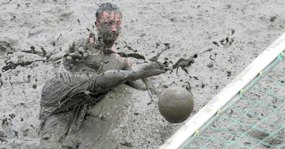 Participante disputa jogo de futebol durante os Jogos Olímpicos da Lama, na cidade alemã de Brunsbuettel