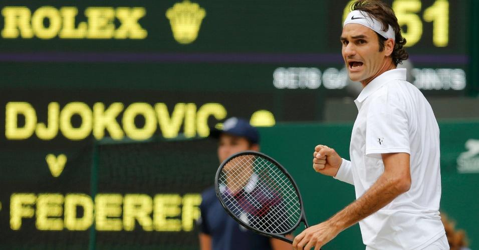 Roger Federer comemora a vitória do primeiro set sobre Djokovic