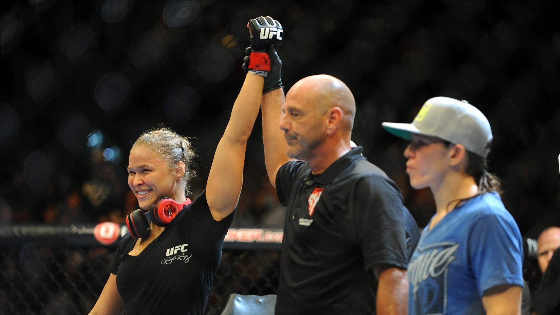 05.jul.2014 - Ronda Rousey vence a luta contra Alexis Davis, no UFC 175. A lutadora superou a rival em 16 segundos e conseguiu o nocaute
