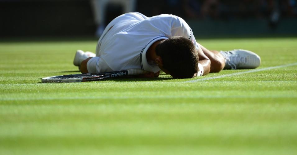 Sob a grama de Wimbledon, Djokovic lamenta ponto perdido em final contra Roger Federer