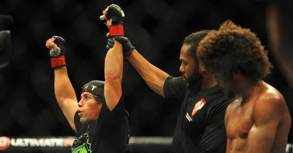 05.jul.2014 - Urijah Faber comemora a vitória sobre Alex Caceres no UFC 175