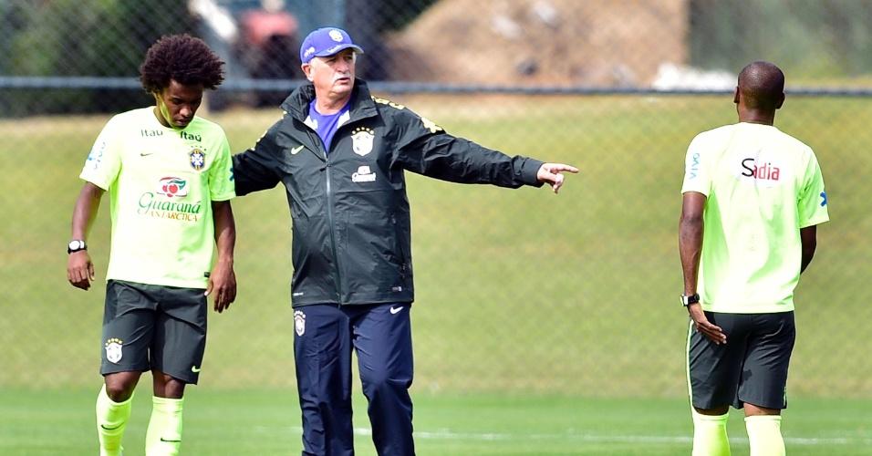 07.jul.2014 - Felipão orienta Willian e Fernandinho durante treino da seleção brasileira na Granja Comary