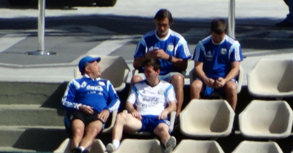 07.jul.2014 - Messi acompanha último treino da Argentina antes de viagem a São Paulo da arquibancada