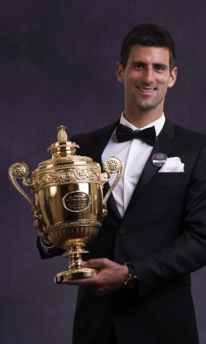 6.jul.2014 - Novak Djokovic exibe o troféu de Wimbledon durante o jantar dos campeões do torneio