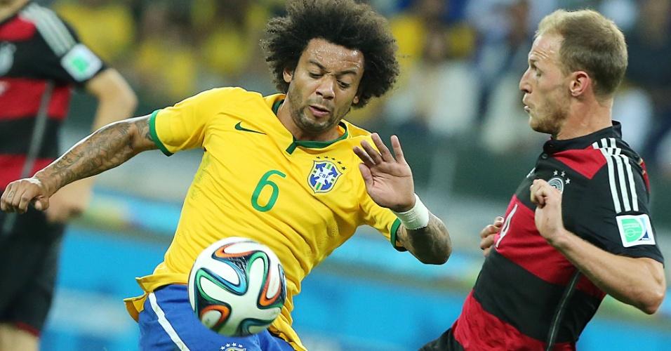 08. jul. 2014 - Marcelo tenta ficar com a bola em disputa com alemão durante a semifinal da Copa do Mundo, no Mineirão