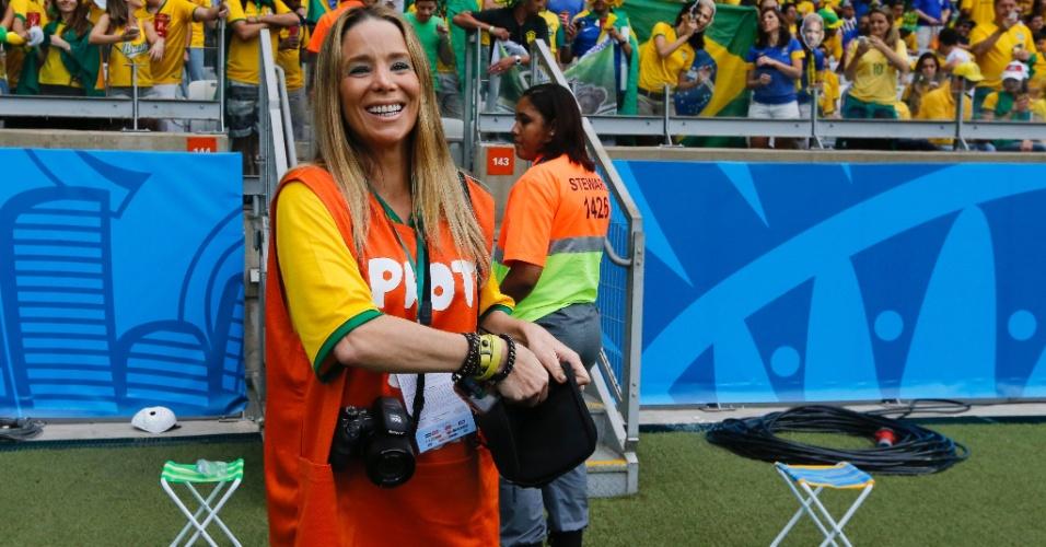 A atriz Danielle Winits veste colete de fotógrafo no gramado do Mineirão antes da partida entre Brasil e Alemanha
