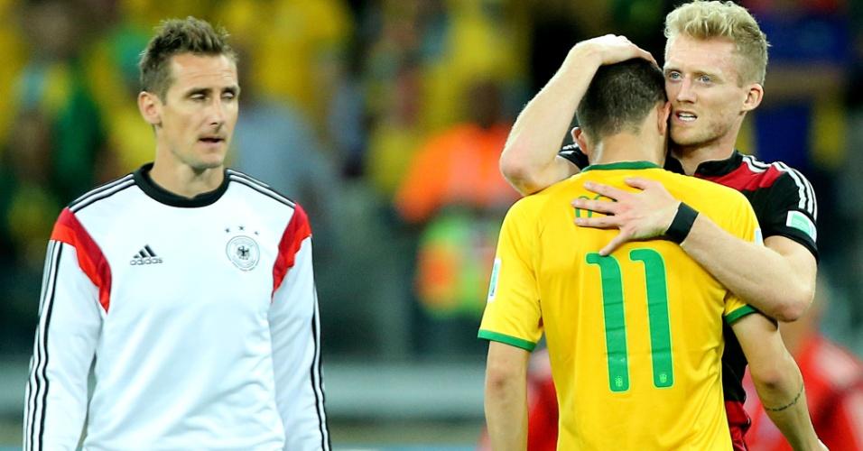 08. jul. 2014 - Andre Schürrle consola Oscar após a goleada da Alemanha por 7 a 1 sobre o Brasil, no Mineirão