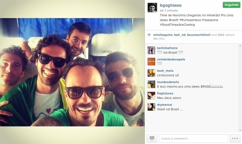 Atores Bruno Gagliasso e Paulo Vilhena fazem selfie dentro de van a caminho do Mineirão para assistir ao jogo Brasil x Alemanha