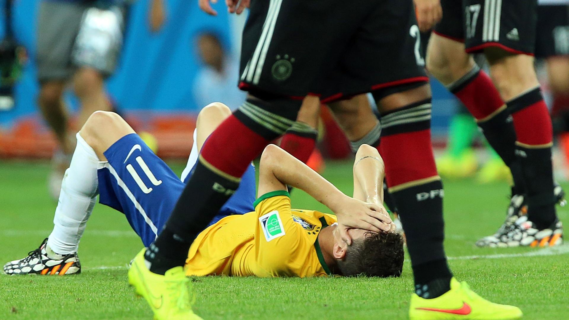 08. jul. 2014 - Autor do gol de honra do Brasil, Oscar cai no gramado e lamenta a derrota por 7 a 1 para a Alemanha