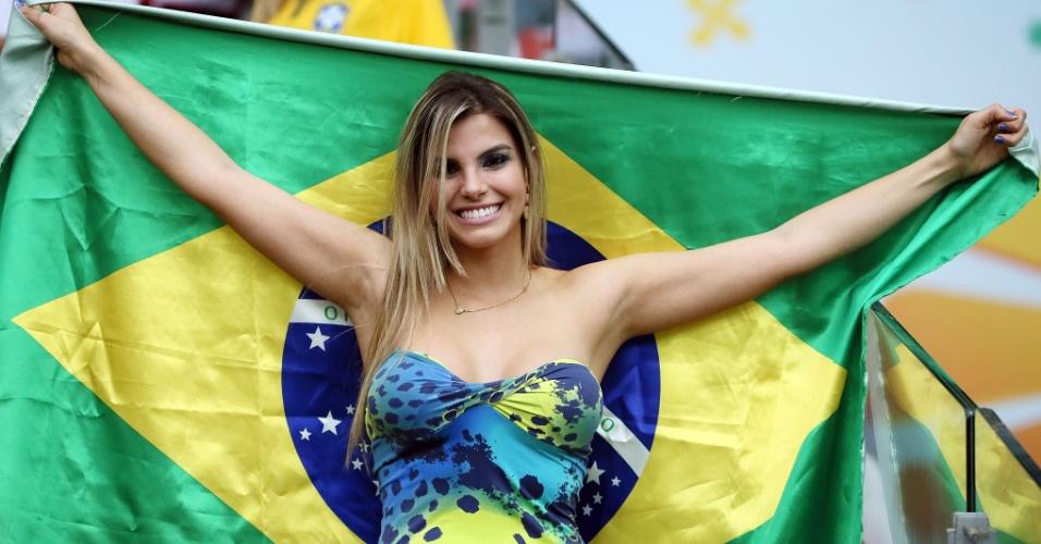 Bela torcedora do Brasil mostra animação momentos antes do início de Brasil e Alemanha, no Mineirão