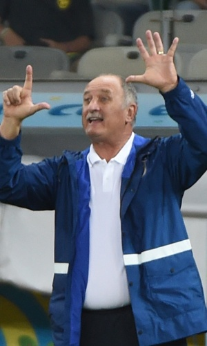 Durante o jogo no Mineirão, Felipão mostra quantos gols o Brasil sofreu da Alemanha na derrota por 7 a 1