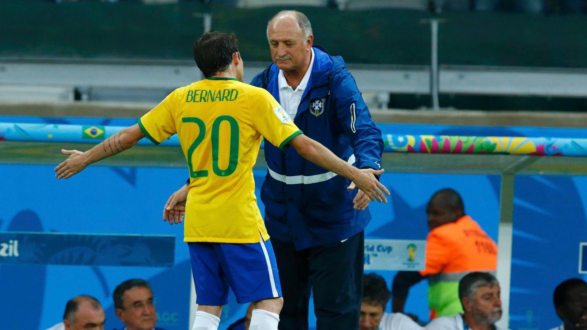 08. jul. 2014 - Felipão conversa com Bernard, substituto de Neymar, durante o primeiro tempo da partida entre Brasil e Alemanha