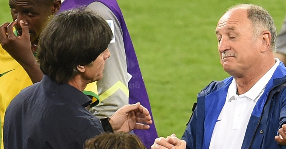 08. jul. 2014 - Felipão cumprimenta o técnico da Alemanha, Joachim Löw, após a derrota brasileira por 7 a 1 no Mineirão