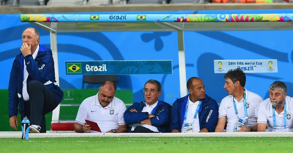 08. jul. 2014 - Felipão e comissão técnica do Brasil observam a derrota por 7 a 1 para a Alemanha, no Mineirão
