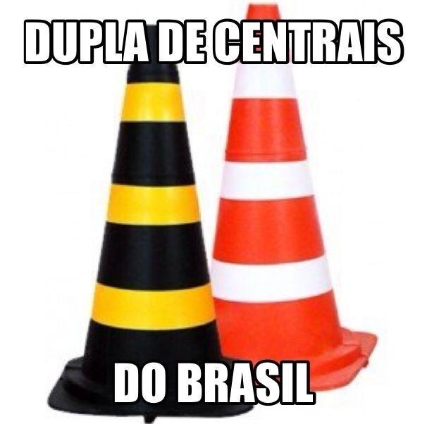 Foto da dupla de centrais do Brasil no jogo contra a Alemanha