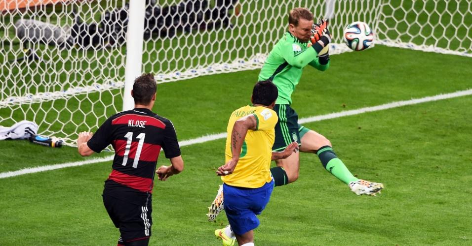 08. jul. 2014 - Goleiro alemão Neuer faz grande defesa após finalização de Paulinho, durante o segundo tempo no Mineirão
