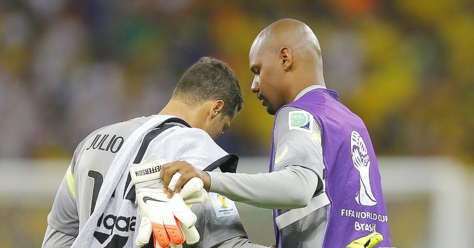 08. jul. 2014 - Goleiro reserva Jefferson tenta consolar Júlio César no final da derrota brasileira para a Alemanha por 7 a 1, no Mineirão