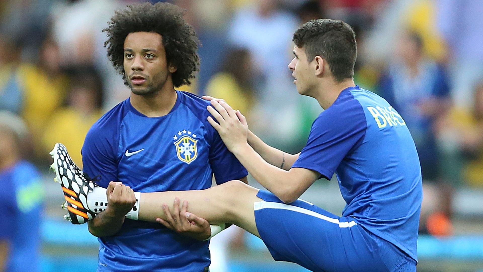 08. jul. 2014 - Marcelo e Oscar fazem aquecimento no gramado do Mineirão, antes do jogo contra a Alemanha, pela semifinal da Copa