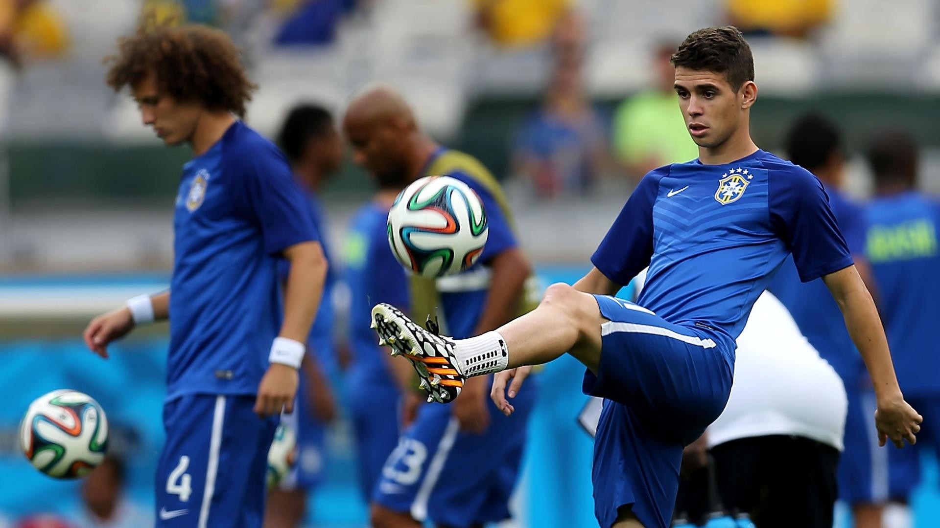 08. jul. 2014 - Oscar brinca com a bola antes do início da partida entre Brasil e Alemanha, no Mineirão, pela semifinal da Copa