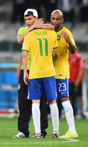 08. jul. 2014 - Thiago Silva e Maicon tentam reerguer Oscar, autor do gol de honra brasileiro contra a Alemanha na derrota por 7 a 1 no Mineirão