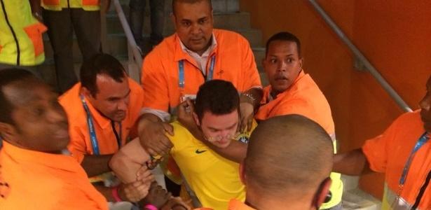 Torcedor é retirado do Mineirão: violência dentro do estádio e também fora