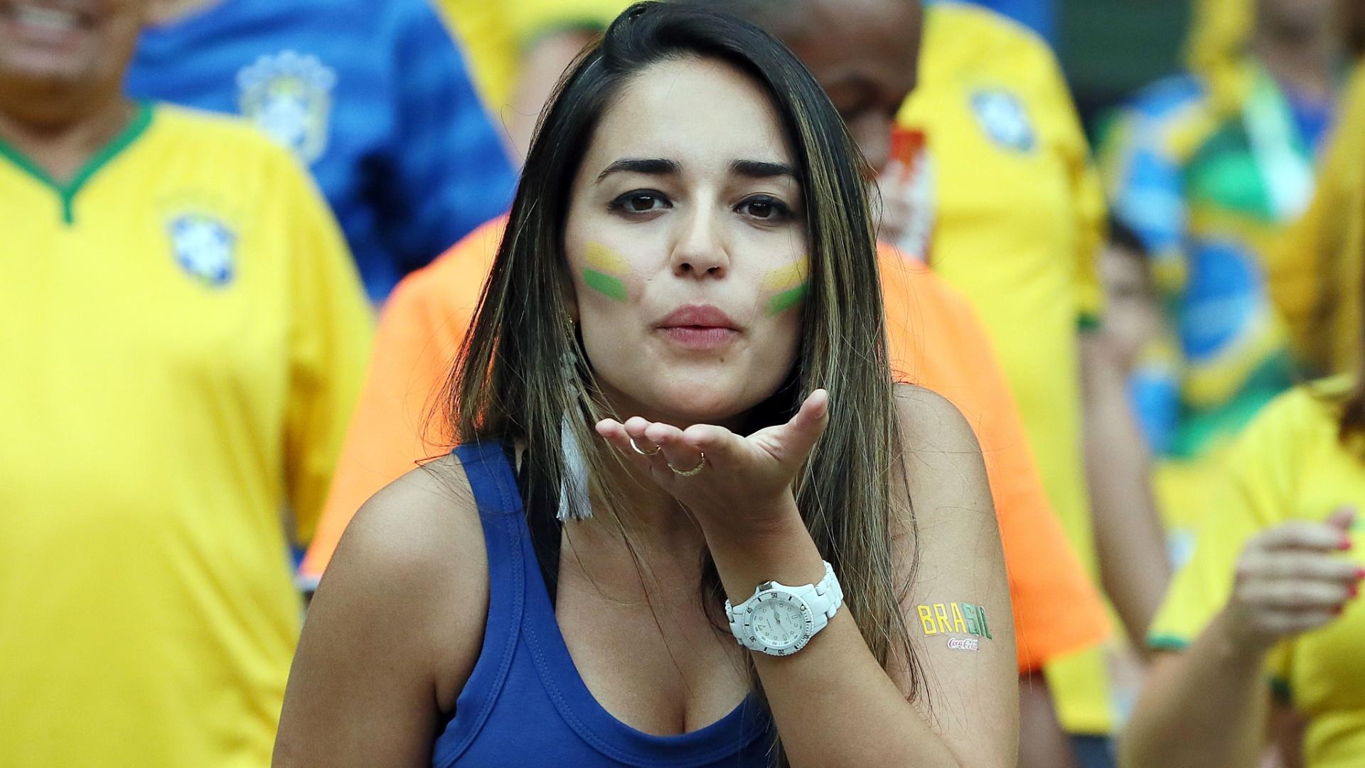 Torcedora manda beijo para a câmera antes de Brasil e Alemanha no Mineirão