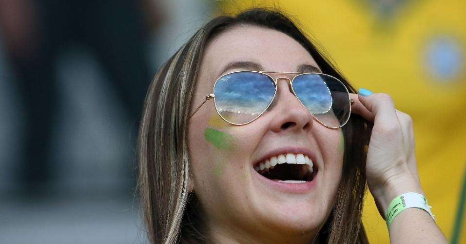 Torcedora sorri nas arquibancadas do Mineirão antes de Brasil e Alemanha