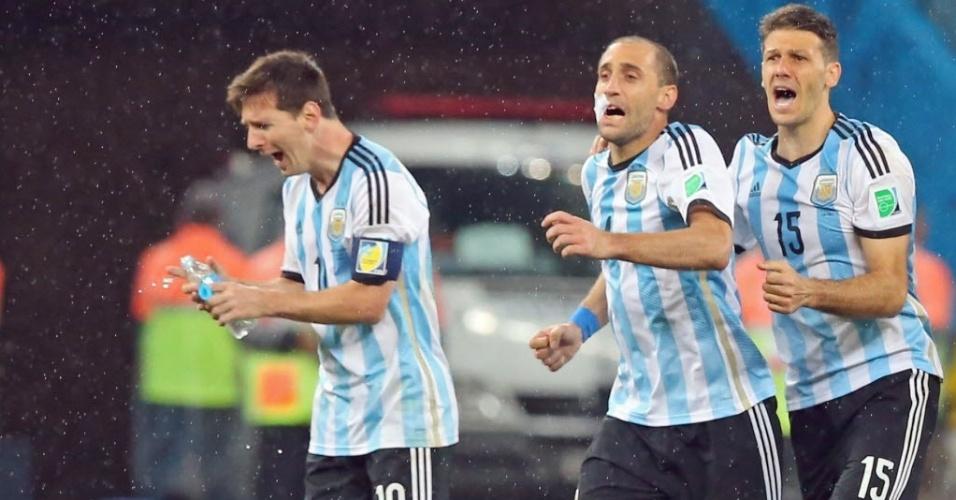 9.jul.2014 - Messi, Zabaleta e Demichelis comemoram após a Argentina vencera Holanda nos pênaltis e conquistar a vaga na decisão da Copa-2014