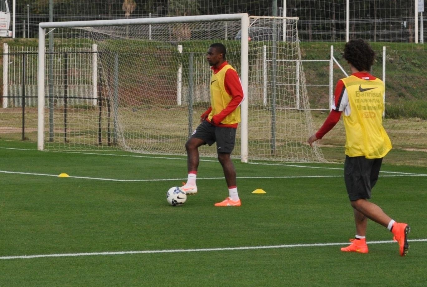 10 jul 2014 - Juan domina a bola em treinamento do Internacional