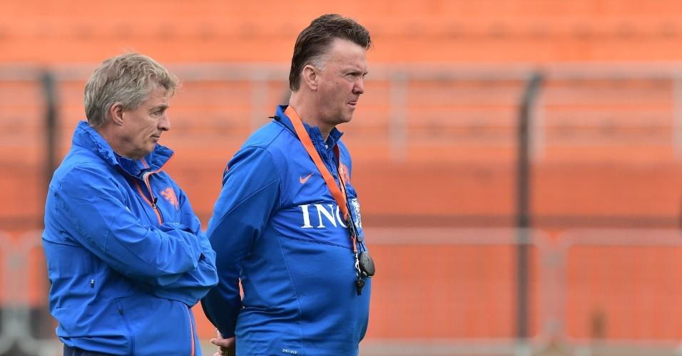 10.jul.2014 - Técnico da Holanda, Louis van Gaal, observa treino de seus jogadores um dia depois de a equipe perder a semifinal da Copa para a Argentina
