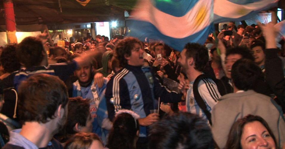 Argentinos comemoram vitória em semifinal contra Holanda na Vila Madalena, em São Paulo