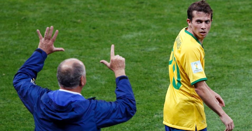 Felipão faz sinal para Bernard na derrota de 7 a 1 do Brasil para a Alemanha