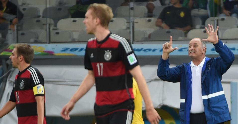 Felipão gesticula para a seleção brasileira na derrota de 7 a 1 para a Alemanha