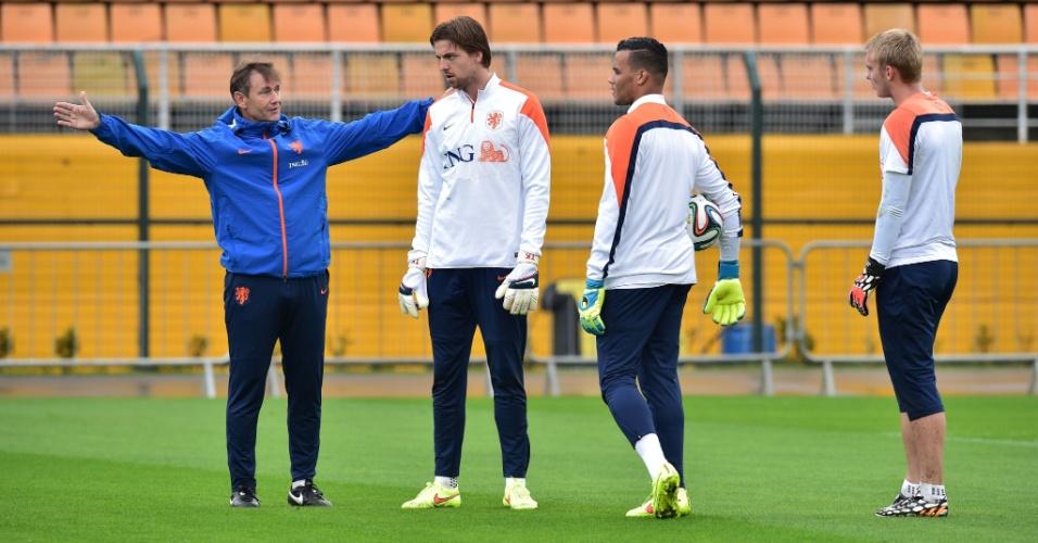 10.jul.2014 - Goleiros da seleção holandesa treinam no Pacaembu um dia depois de perder para a Argentina, pela semifinal da Copa