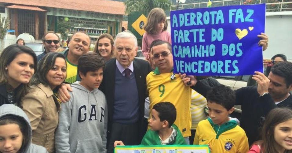 Presidente da CBF, José Maria Marin desceu de seu carro para agradecer torcedores que foram à Granja Comary