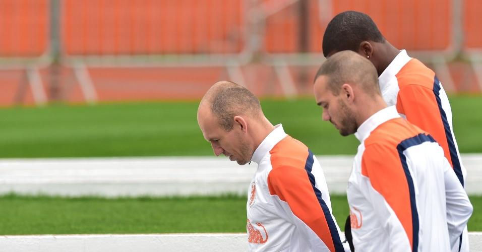10.jul.2014 - Robben e Sneijder deixam o gramado do Pacaembu após treino da seleção holandesa, um dia depois de perder para a Argentina na semifinal da Copa