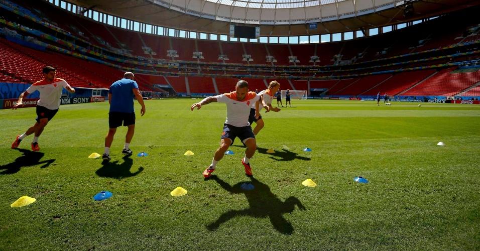 11.jul.2014 - Holandeses treinam no estádio Mané Garrincha, um dia antes do jogo contra o Brasil, válido pela disputa de terceiro lugar da Copa