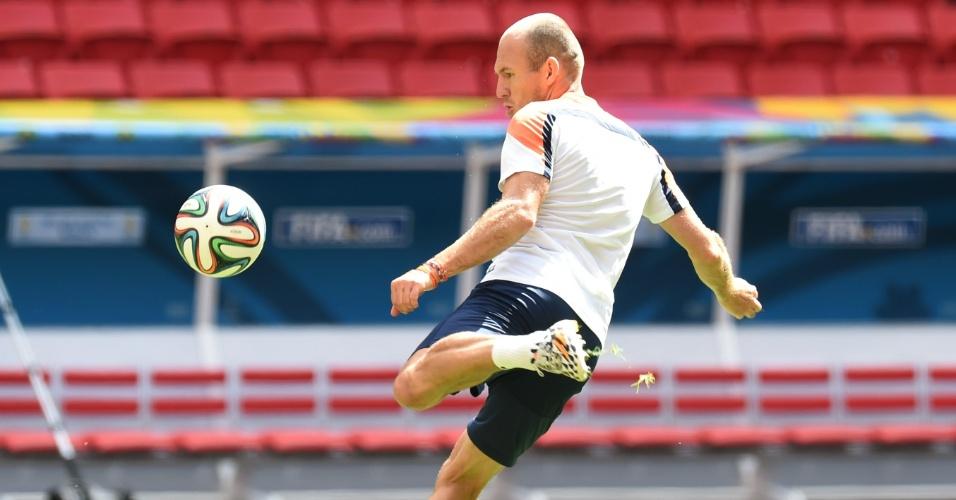 11.jul.2014 - Robben finaliza durante treino da seleção no estádio Mané Garrincha, palco da disputa de terceiro lugar contra o Brasil no sábado