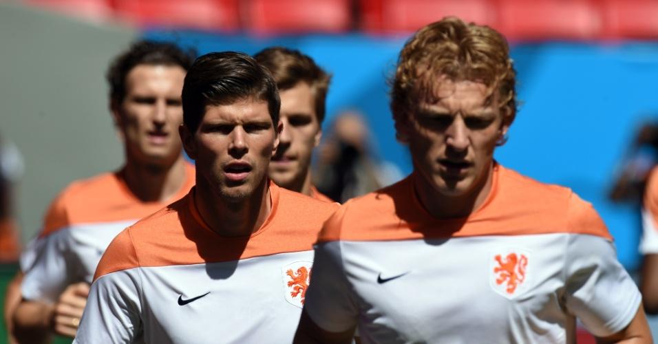 11.jul.2014 - Sob forte sol de Brasília, jogadores da Holanda treinam no estádio Mané Garrincha