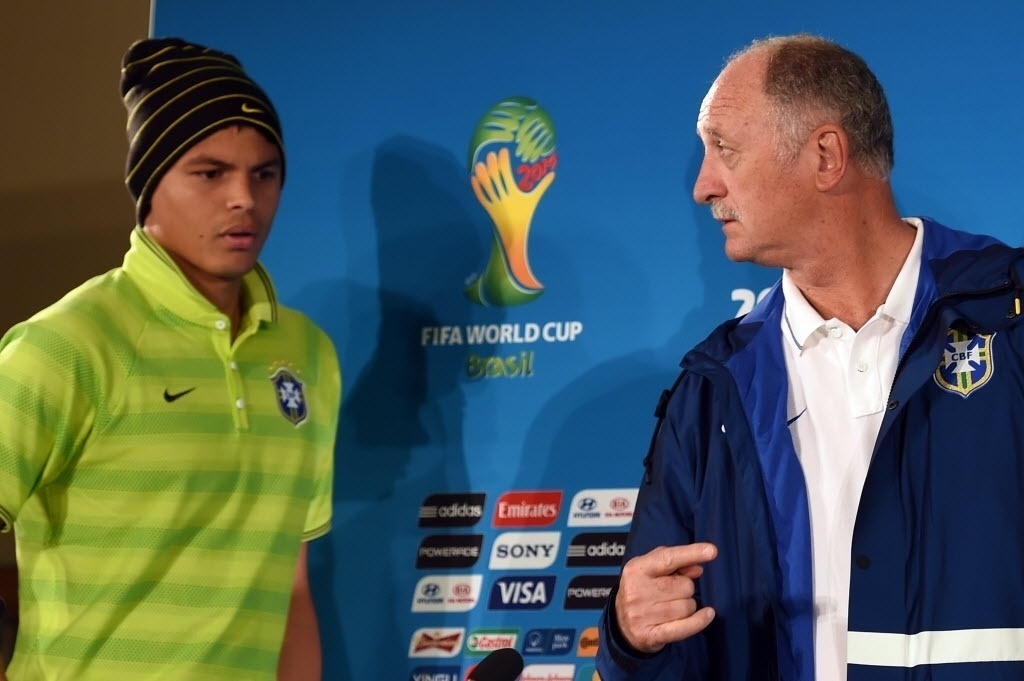 11.jul.2014 - Thiago Silva, capitão da seleção, e Luiz Felipe Scolari chegam à entrevista coletiva que concederam em Brasília