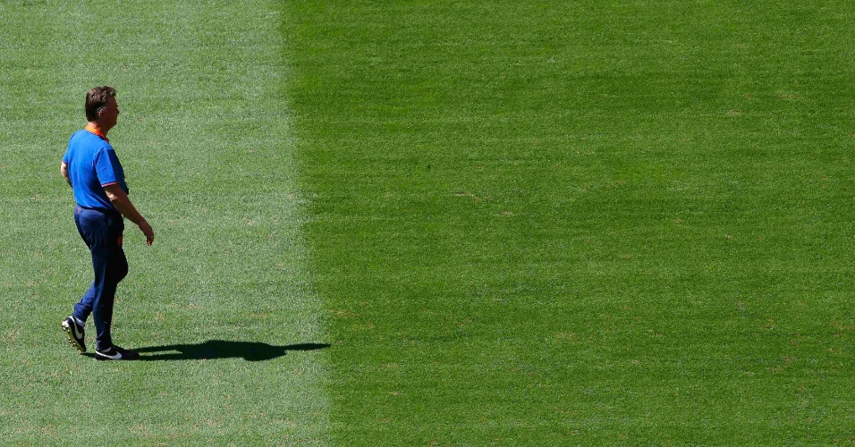 Técnico da Holanda, Louis van Gaal, caminha no gramado do estádio Mané Garrincha na véspera da disputa do terceiro lugar da Copa, contra o Brasil
