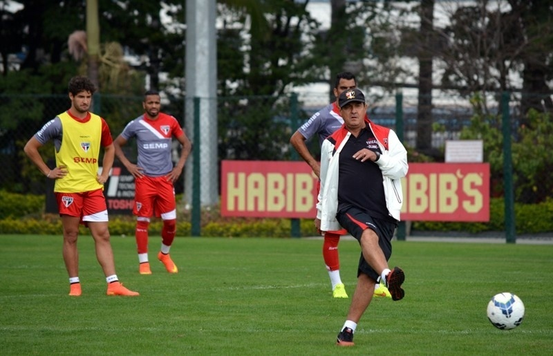 Alexandre Pato, de colete de reservas, observa Muricy dando instruções
