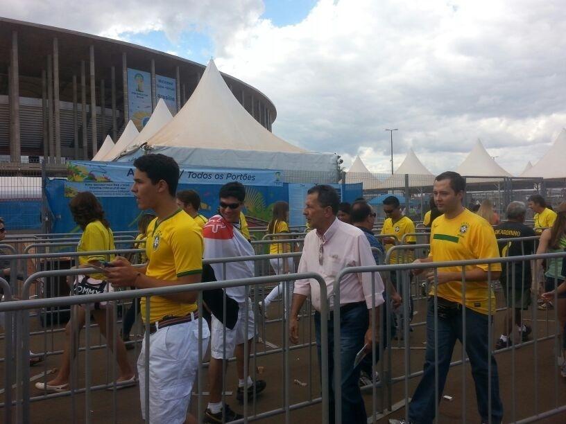 Após abertura dos portões, torcedores começam a entrar no estádio Nacional para o jogo entre Brasil e Holanda