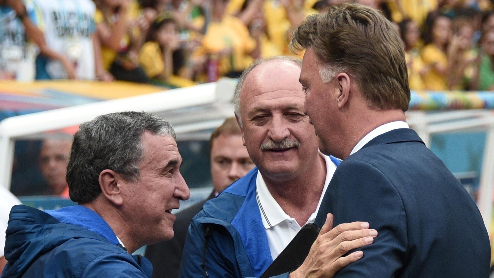 12.jul.2014 - Após discussões nas últimas, Felipão cumprimenta o técnico da Holanda, Louis van Gaal, antes do jogo no Mané Garrincha